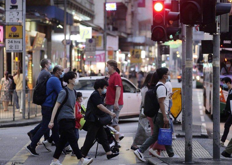 香港今(3日)新增90例新冠肺炎確診病例,其中有多達31例本土病例傳播源頭不明,...