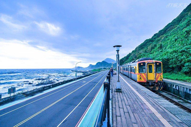 斗子車站襯著翠綠巍峨的山景,隔著馬路在海天一色的世界裡,深感心曠神怡。