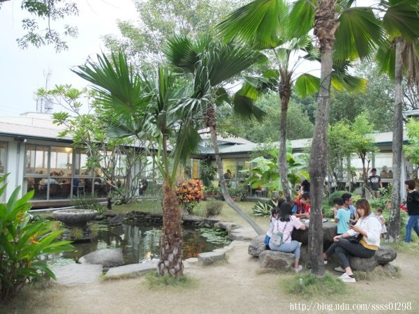 魔法阿嬤的新家有一片綠意盎然的庭園美景,一旁L型玻璃屋主要經營冰店