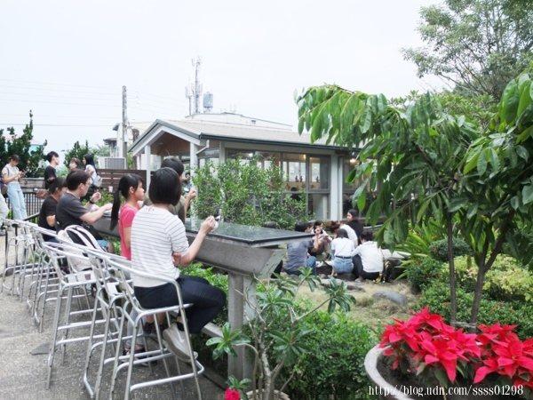 除了室內座位區,室外這一排座位區尤其搶手,可面對著美美的庭園景觀