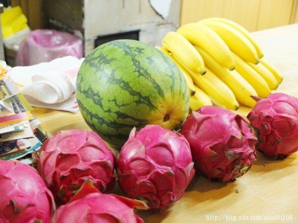 店內放著很多新鮮水果,這些都是特色冰品「香蕉船」會使用到的水果唷!