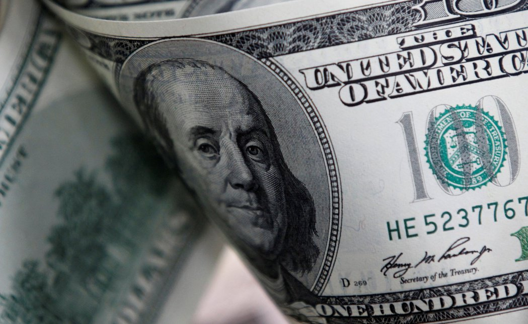 美元兌歐元匯率貶至兩年半新低。(路透)