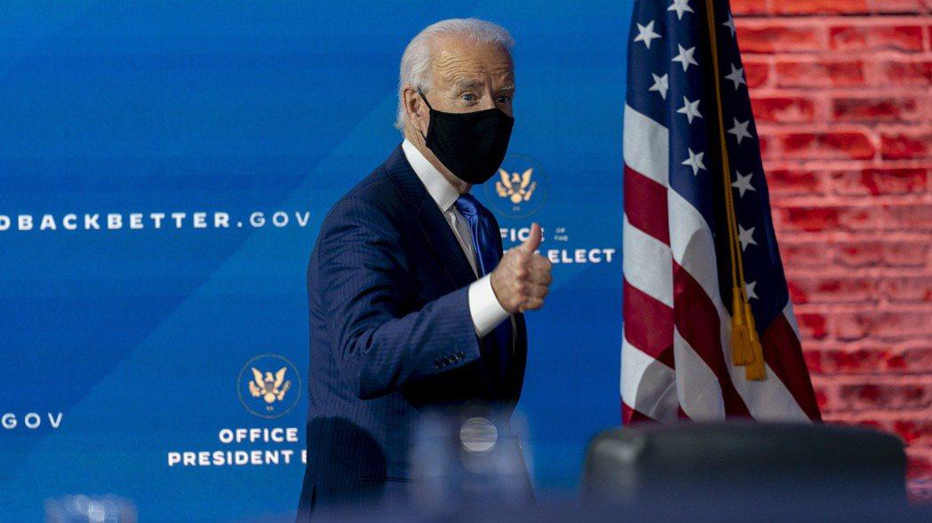 美國總統當選人拜登1日發表財經人事後,比讚離開記者會會場。  美聯社