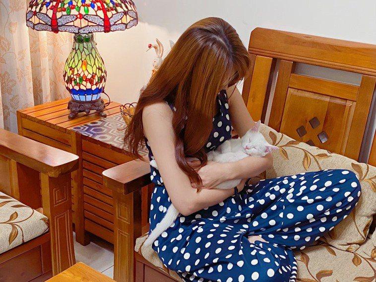 疫情終於降回二級,突然從每天上班改為全天候都在家,對毛孩可能造成壓力。圖/讀者提...