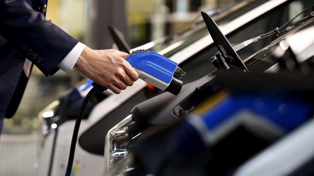 傳日本政府接近做出一項決定,將在2030年代中期禁賣傳統燃料車。路透