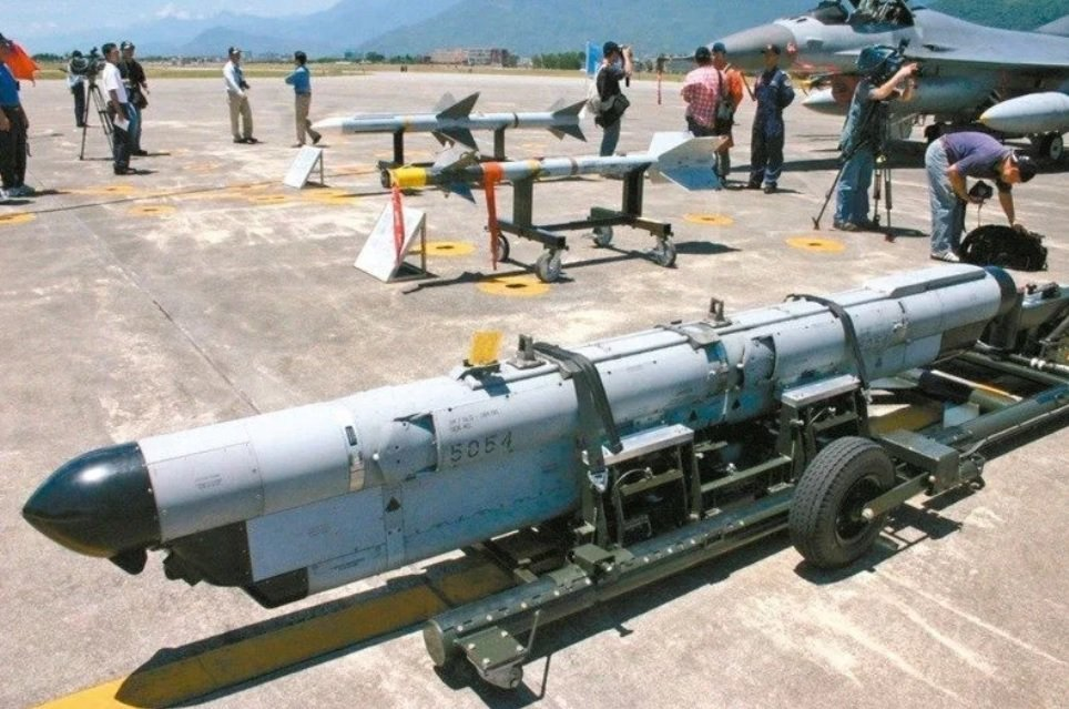 美軍終止研發F-16A/B構改「鳳展專案」所需ALQ-131電戰莢艙研發,美軍建...