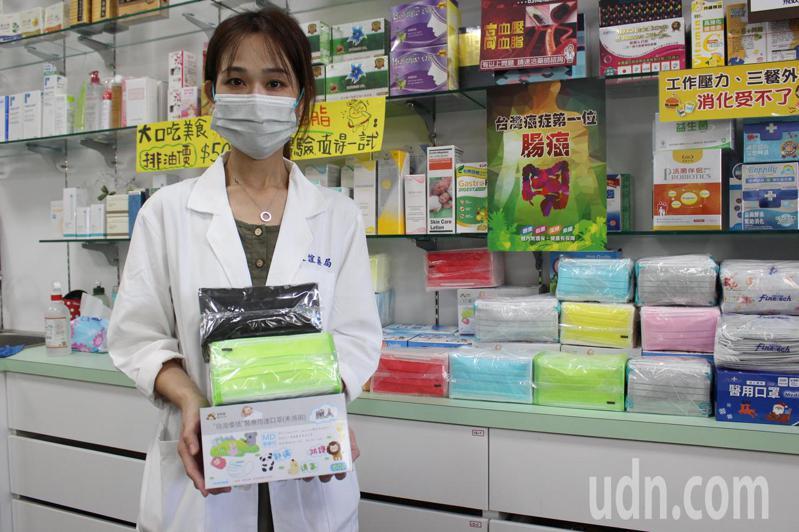 消費者彩色口罩需求高,藥局備貨因應。記者林敬家/攝影