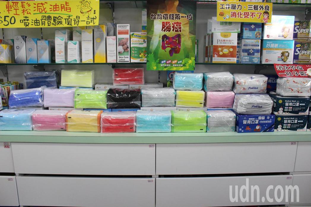 彰化友誼藥局自強店彩色口罩玲郎滿目,滿足消費者需求。記者林敬家/攝影