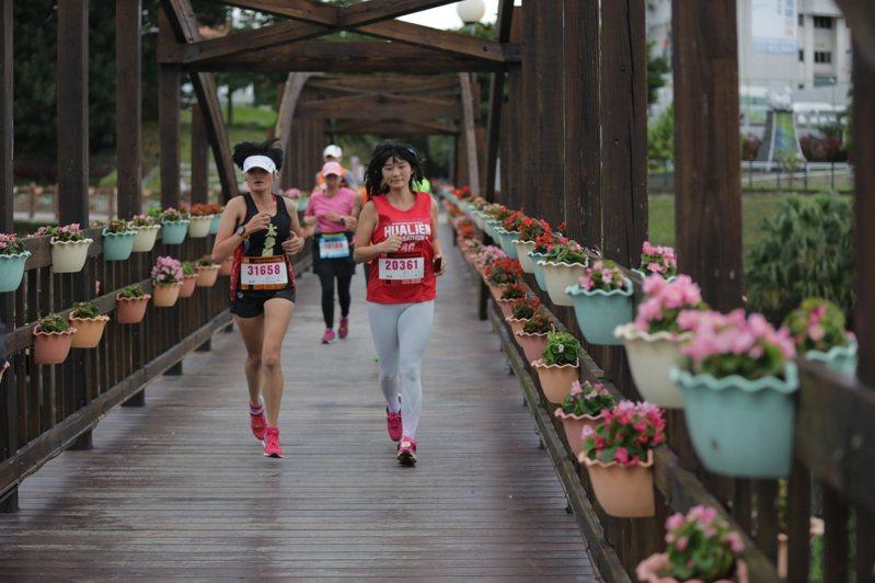 相當受跑友歡迎的花蓮太平洋縱谷馬拉松,將於5日登場,是秋冬防疫專案啟動後,花蓮首場大型路跑活動。圖為去年比賽狀況。圖/花蓮市公所提供