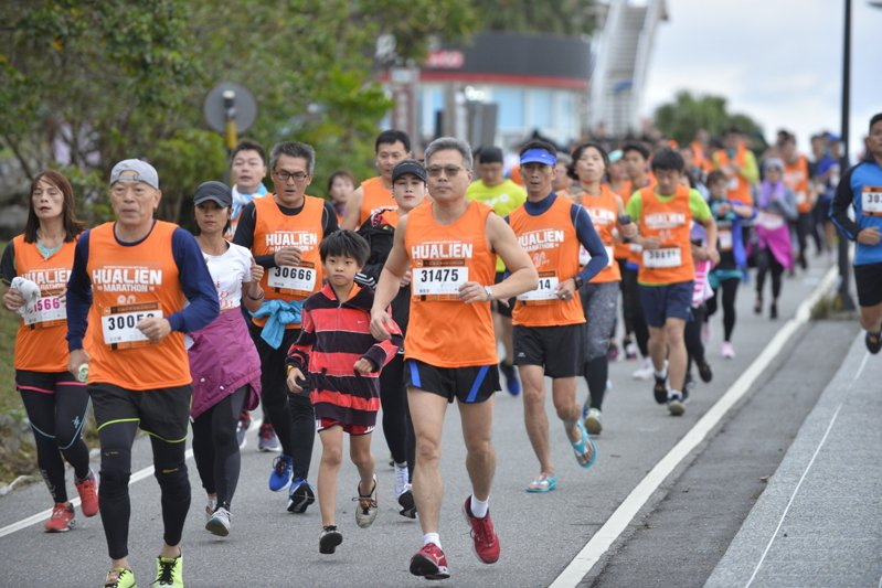 花蓮太平洋縱谷馬拉松原有逾八千人報名,但交通問題仍讓部分外地參賽者打退堂鼓。圖為去年比賽狀況。圖/花蓮市公所提供