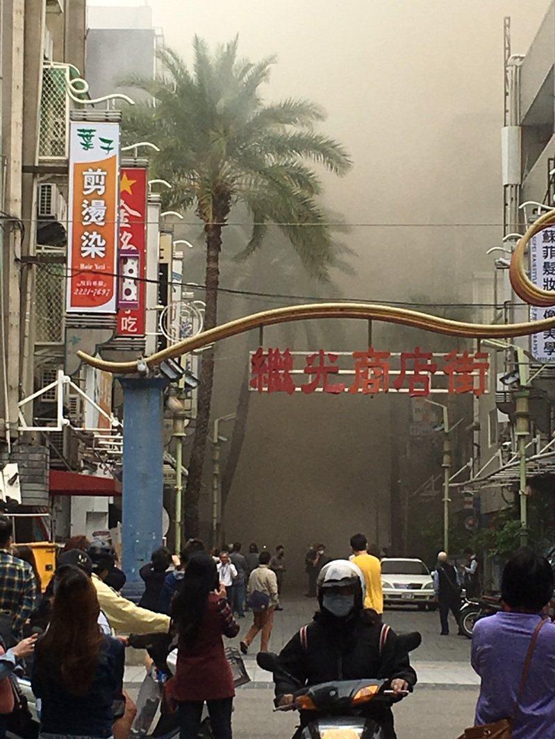 台中市中區繼光街、中山路商圈,今天上午11時許傳出火警,警、消獲報到場滅火,現場濃煙竄天。圖/讀者提供