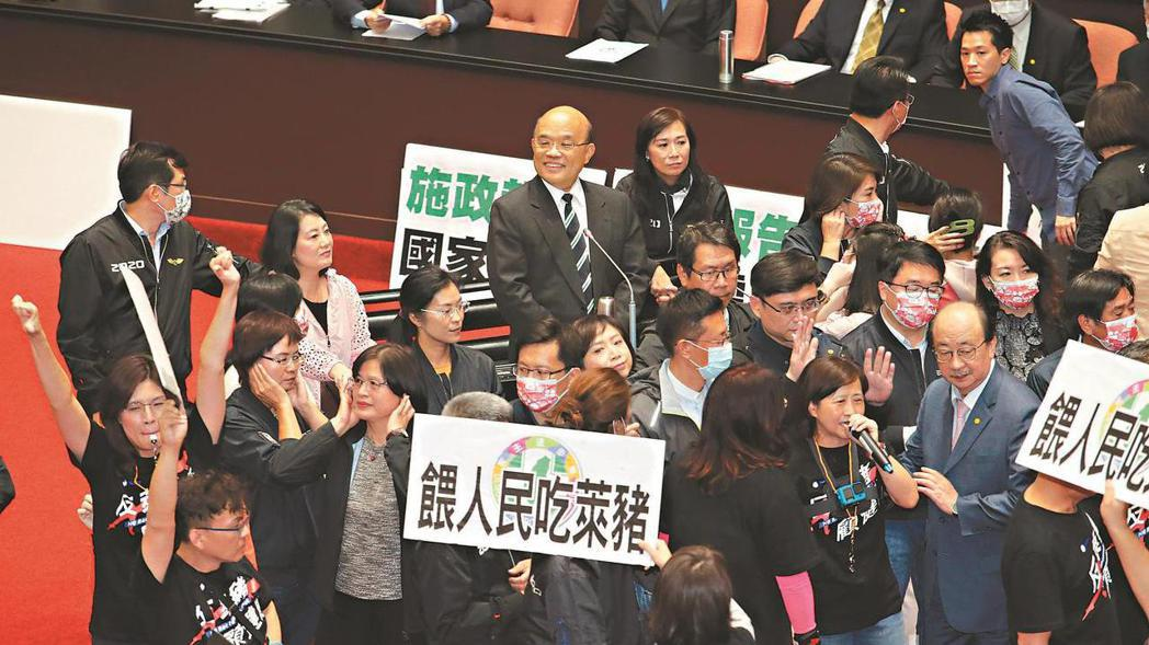 萊克多巴胺豬肉明年將進口台灣,引發爭議。 圖為日前國民黨立委發動「內臟攻擊」反萊...
