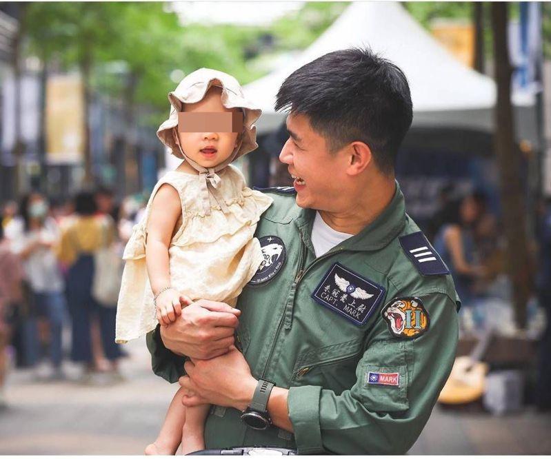 殉職飛官朱冠甍相當疼愛女兒,女兒不知道爸爸已離開,仍常常喊著「爸爸」,讓人聽了揪心。本報資料照片