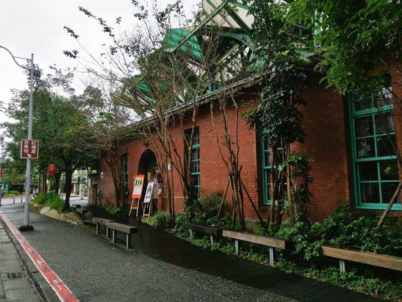 百果樹紅磚屋內部擺滿作家黃春明的作品,是宜蘭市知名的文化地標之一,黃春明表達不續約意願後,將在年底畫下句點。記者張議晨/攝影