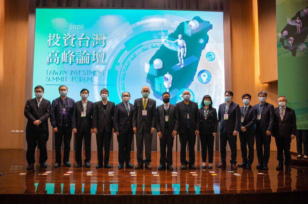 創投公會與股權投資協會今天聯合舉辦2020投資台灣高峰論壇,與會者共同合影。圖/...