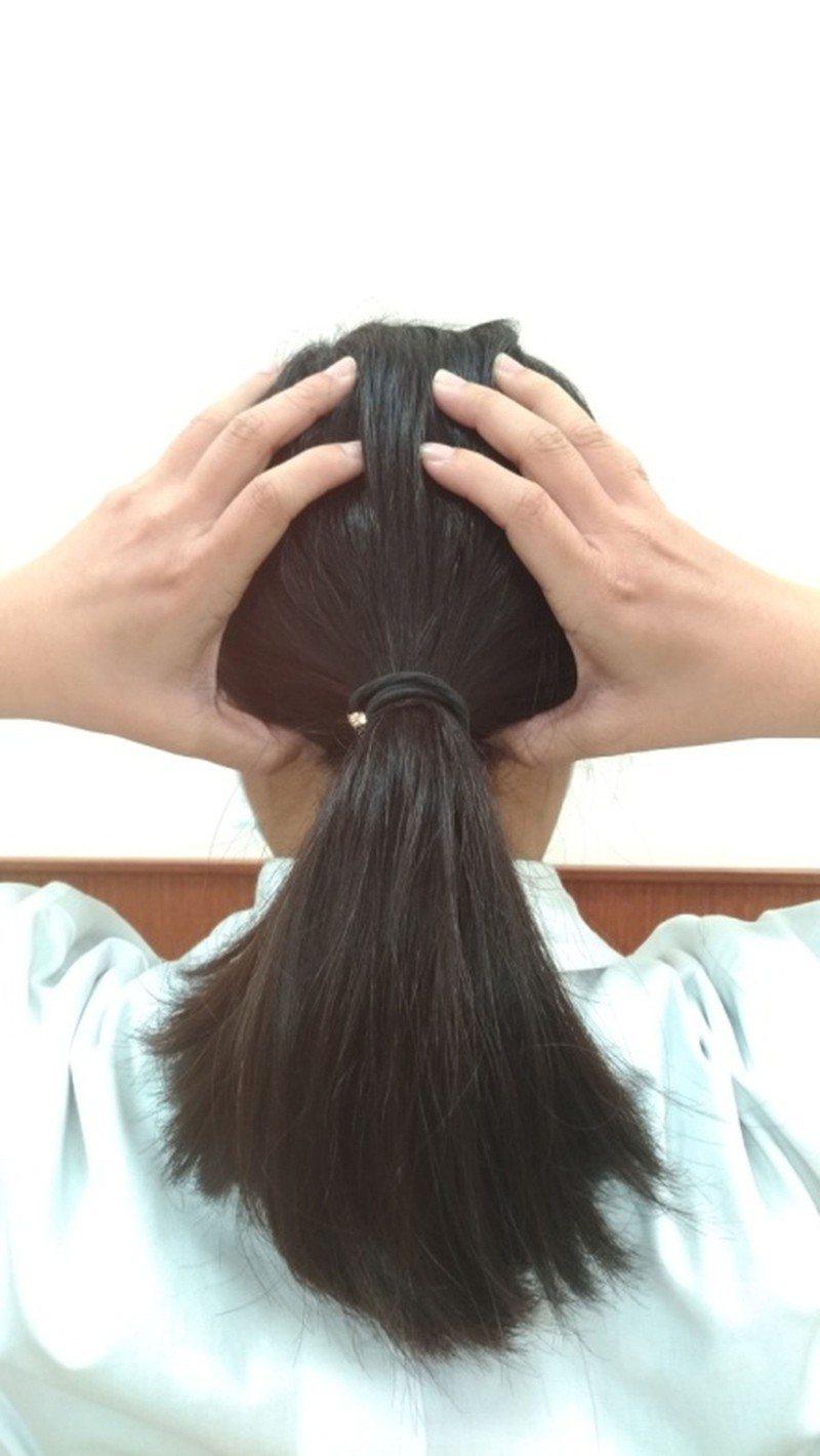 舒緩肩頸酸痛,中醫師建議可以按壓風池穴:在後腦勺兩條大筋之間的明顯凹陷處。(圖中大拇指所按之處)。按法:以雙手大拇指指腹,由下往上揉按兩側穴位,約2~3分鐘。圖/安南醫院提供