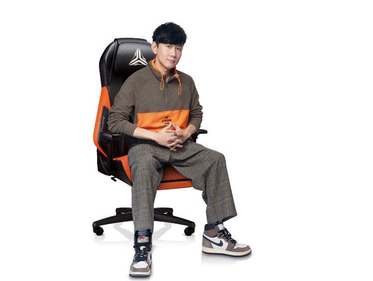 OSIM電競天王椅特別邀請天王林俊傑為「奢華橘」代表色霸氣代言。圖/OSIM提供