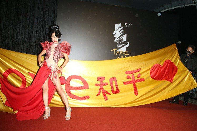 白靈親自手縫設計禮服的超長裙襬裝飾,表達對金馬獎的一片誠意。圖/聯合報資料照