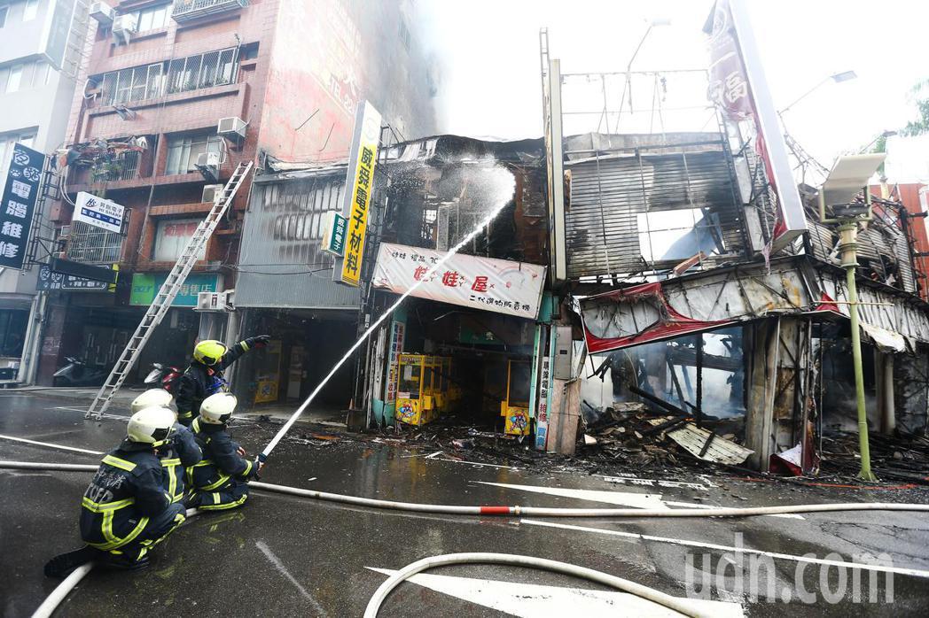 台中一福堂餅店發生火災,警消到場搶救。記者黃仲裕/攝影