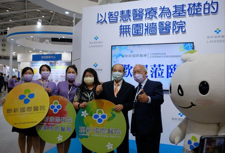 前立法院長王金平(右2)也到場參觀,肯定聯新國際醫療集團的表現。圖/聯新國際醫院...