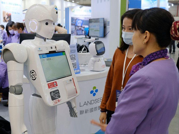 機器人可以提供簡易諮詢,在展場很吸睛。圖/聯新國際醫院提供