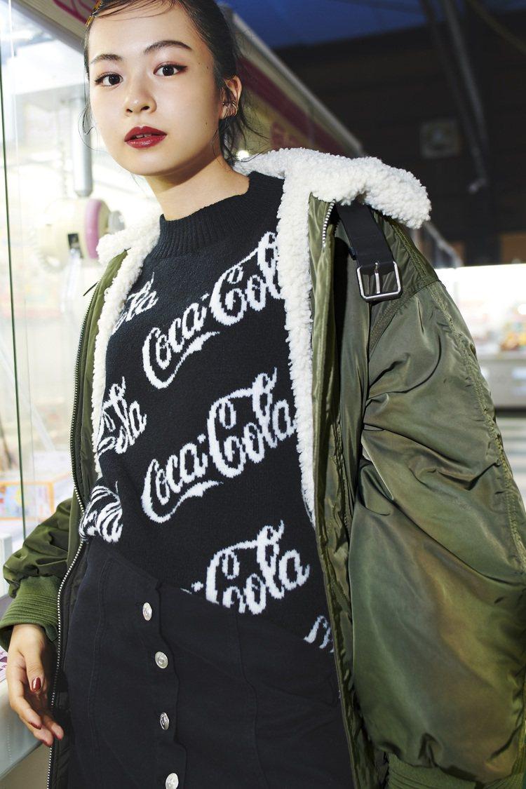 日本演員兼模特兒Riko演繹H&M亞洲時尚聯名可口可樂系列。圖/H&M提供