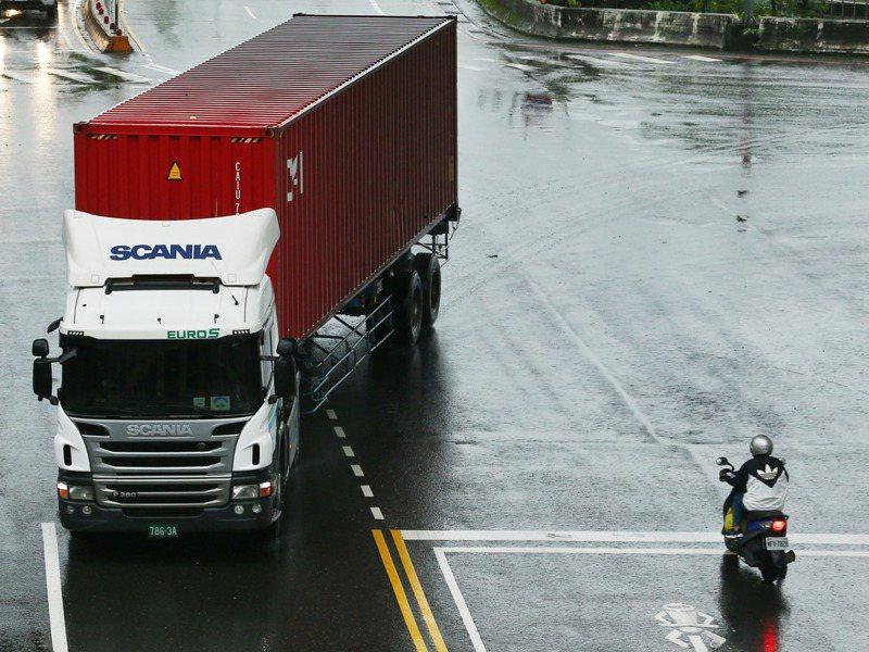 國內大貨車「內輪差」事故頻傳,學者提出降低防捲入裝置離地距離,業界認為實務上不容易。記者曾原信/攝影