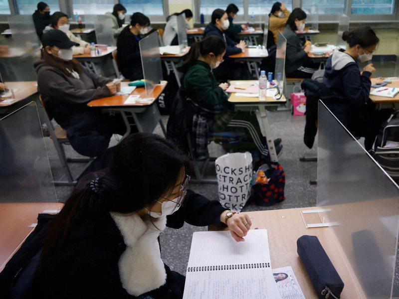 南韓舉行大學修學能力試驗,考場內用隔板減少考生傳染的機率。路透