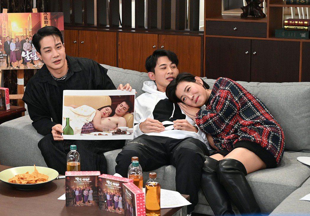 薛仕凌(左起)、曾子益、米可白開直播與「生生世世」戲迷互動。圖/台視提供