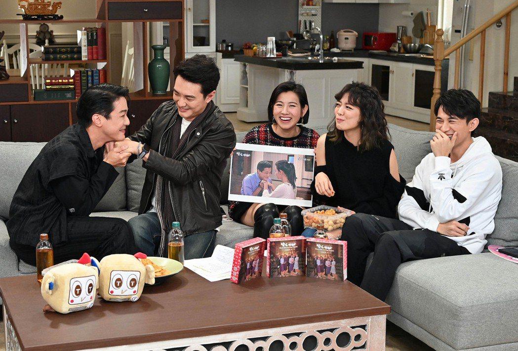 薛仕凌(左起)、方大緯、米可白、林雨宣、曾子益開直播與「生生世世」戲迷互動。圖/...