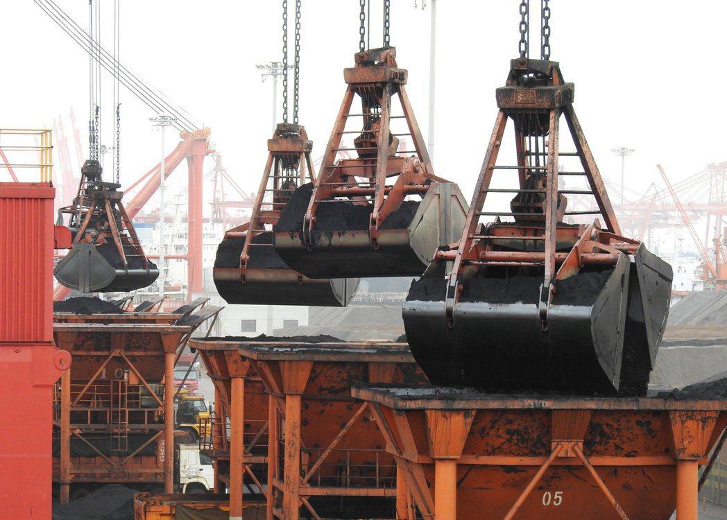 圖為中國江蘇省連雲港的碼頭,正由卸下貨船上的煤礦。  路透