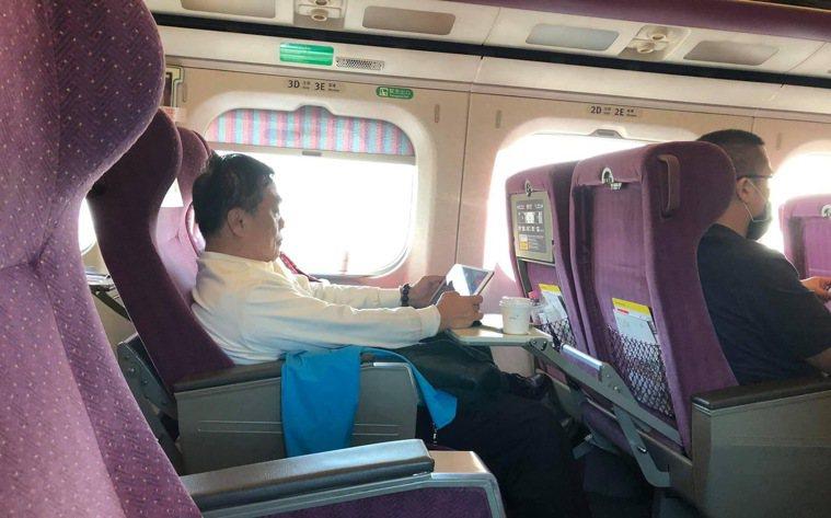 台北教育大學教授李筱峰昨天在臉書貼出一張照片,指高鐵鄰座旁的男子搭乘期間50分鐘...