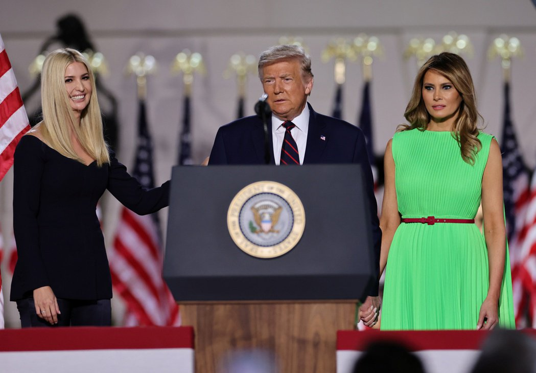 美國總統川普(中)和夫人梅蘭妮亞(右),及第一千金兼總統顧問伊凡卡(左)。(路透...