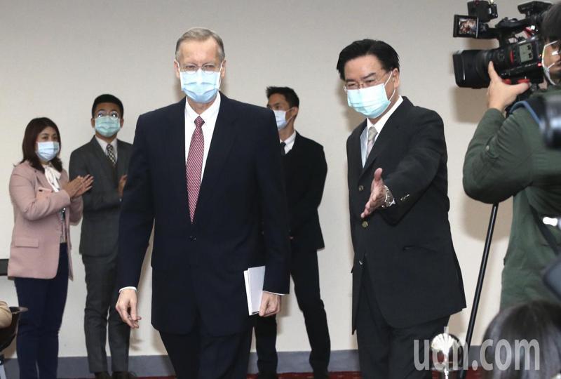 「台美教育倡議」啟動,美國在台協會台北辦事處長酈英傑(左)、外交部長吳釗燮(右)共同完成啓動儀式。記者林俊良/攝影
