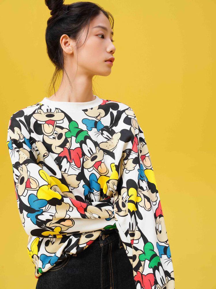 LEVI'S與迪士尼合作系列滿版印花上衣3,290元。圖/LEVI'S提供
