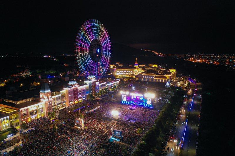 台中麗寶將安排跨年雙演唱會,金曲歌王蕭敬騰及「狼人殺偶像」五堅情齊聚麗寶樂園渡假區,圖為去年跨年現場。圖/麗寶樂園提供