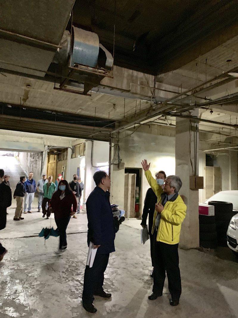 北市都更處長陳信良(左)今前往中視新都會了解社區建物寙陋情況。圖/北市更新處提供