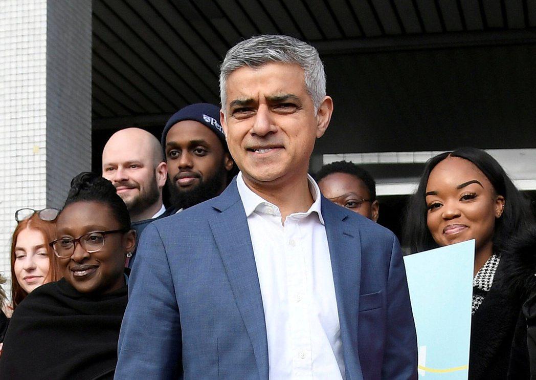 英國倫敦市長可汗(圖中)任用的政治公關主任被爆出,疫情期間人遠在千里之外的舊金山...