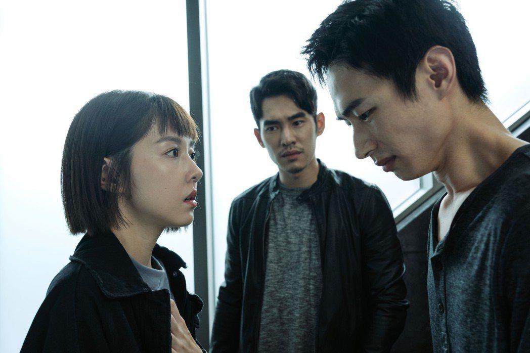 邵雨薇(左)在「預支未來」中質問黃河關於姊姊的死因。圖/滿滿額提供