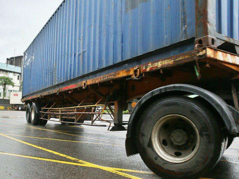 交通部曾規定2013年後新出廠大貨車要採用40公分且連續面的防捲入裝置,卻未溯及既往。目前10萬多輛舊車,防捲入裝置只有三、四根老舊欄杆。記者曾原信/攝影