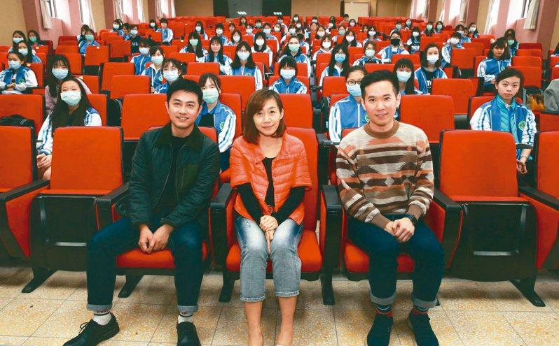 馬翊航(左起)、郝譽翔赴蘭陽女中演講,趙弘毅老師主持。(圖╱本報記者黃義書攝影)