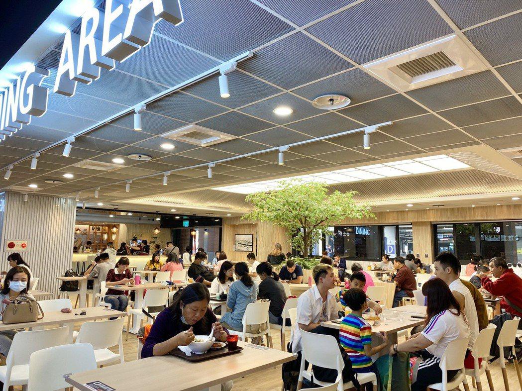「鐡鹿大街」商場試營運,民眾與旅客反應熱絡。記者宋健生/攝影