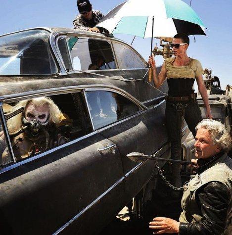 莎莉賽隆(右上)曾與休齊斯拜恩(左)一起演出喬治米勒執導的賣座動作片「瘋狂麥斯:...