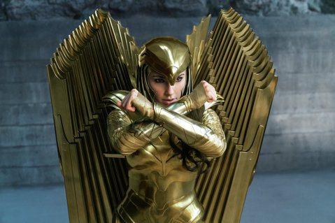 派蒂珍金斯執導、蓋兒加朵扮演神力女超人的「神力女超人1984」中,時間快轉到了閃耀著金色光芒的80年代,神力女超人在她的下一個銀幕大冒險中,除了史提夫崔佛的驚喜回歸,也必須面對兩個全新的敵人,麥斯威...