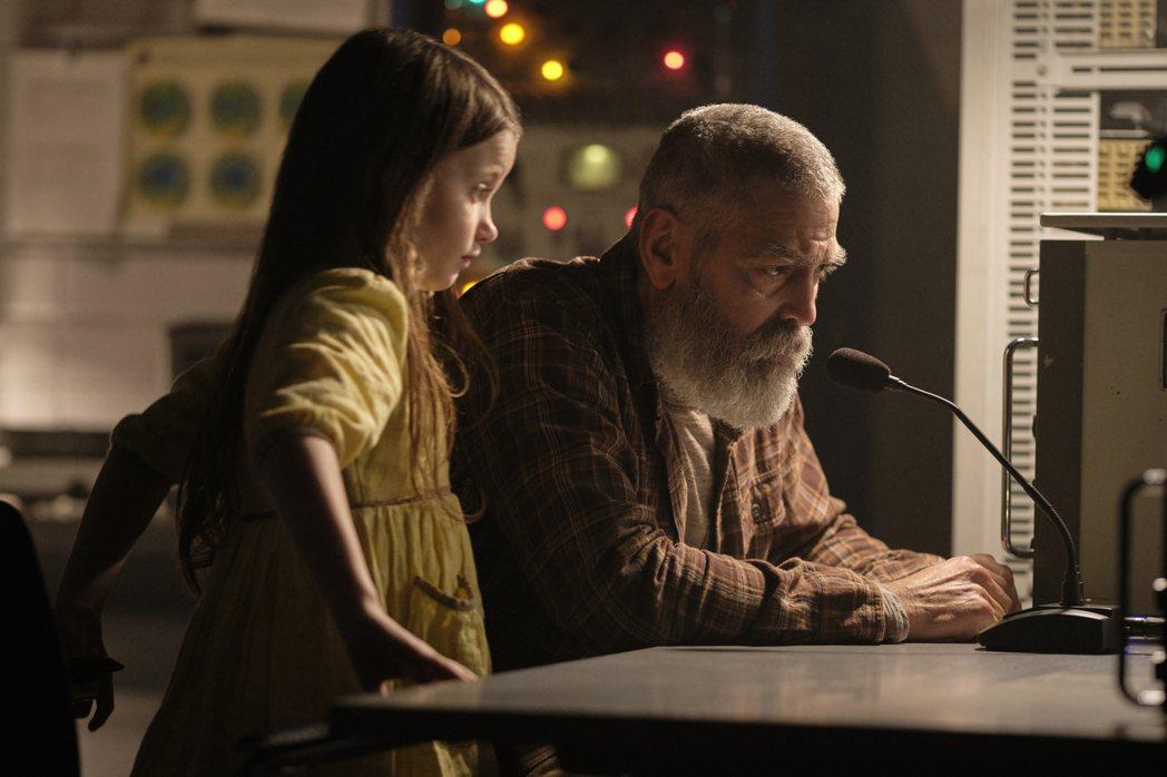喬治克隆尼(右)在科幻新片「永夜漂流」飾演科學家,與童星凱歐琳斯普林格爾(左)有...