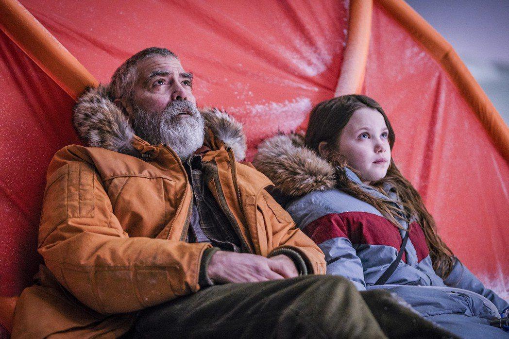 喬治克隆尼(左)在科幻新片「永夜漂流」飾演科學家,與童星凱歐琳斯普林格爾(右)有...