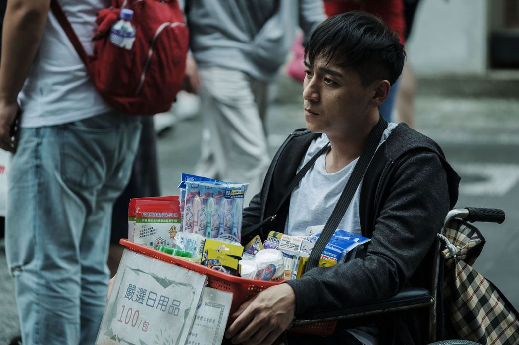 鄭人碩叫賣口香糖,被不少路人認出。圖/威視提供