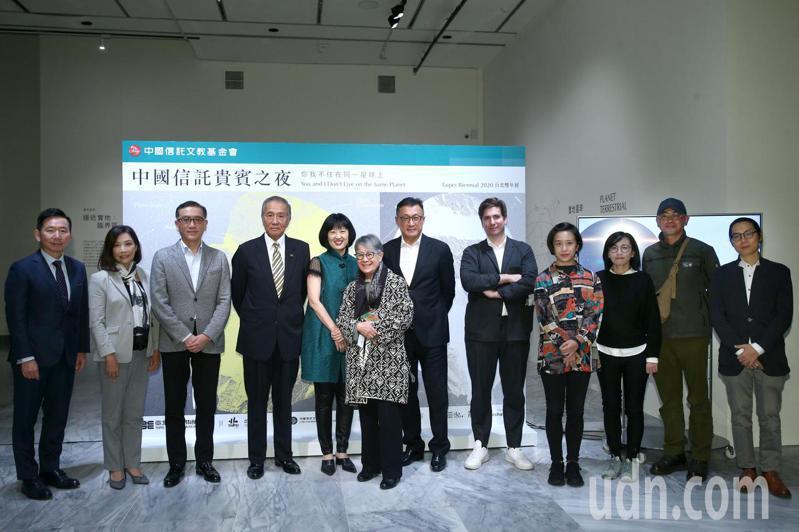 中國信託文教基金會董事長馮寄台(左四)接受北美館館長林平(左五)、北美館雙年展活動策展人馬汀.圭納(右五)與多位藝術家出席「2020台北雙年展」中國信託貴賓之夜。記者蘇健忠/攝影