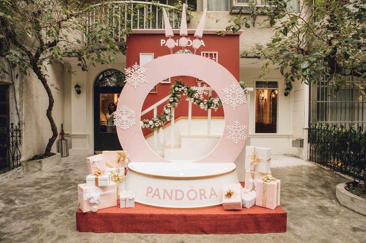 PANDORA推出多款夢幻浪漫的耶誕限定套組。圖/PANDORA提供