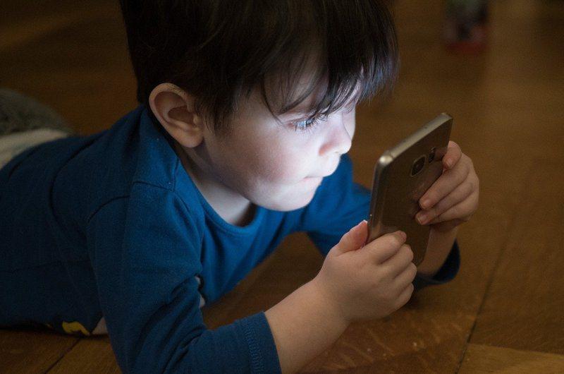 不少當代家長給小孩手機是為圖個清靜,結果誤讓孩子沉迷,親子也步向疏於溝通的陌路。圖/Pixbay